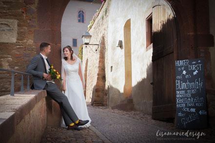 Junges Brautpaar bei einem Brautpaarshooting