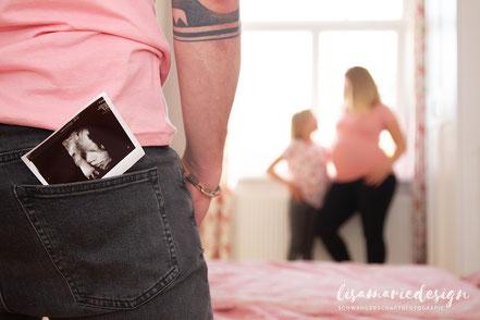Schwangerschaftsbauch, Babybauch mit einer Plüschmaus