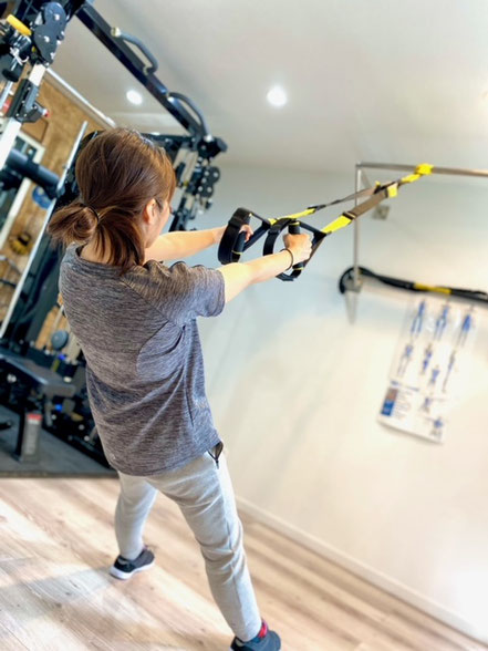 TRXサスペンショントレーナーを用いて行う、自分の体重と重力を負荷として利用するトレーニングです。