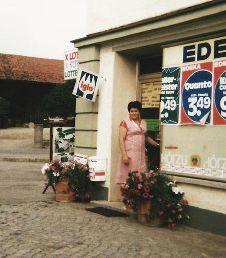 Resi Wirl vor dem damaligen EDEKA-Laden, an den sich viele Oberschneidinger noch heute gut erinnern.