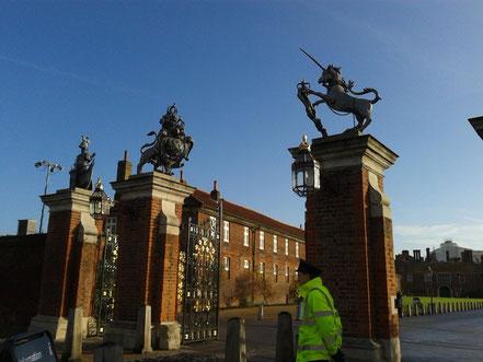 立派な門構え。王・女王の紋章、ユニコーントライオンが立ってます。王たちが馬車でここを何回往来したことか。