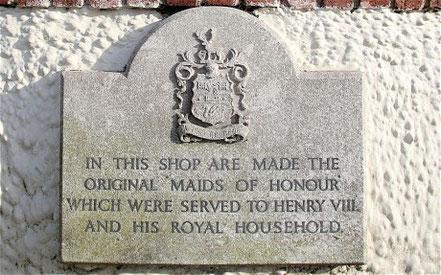 「ヘンリー8世とその王室のメンバーに提供するために、元来のMaids of Honourがこのお店で作られました。」
