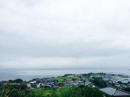 [아마쿠사] 날씨가 비록 좋지 않았지만 너무나도 아름다운 바다라는 것을 느낄 수 있습니다. 뿐만 아니라 선생님과 함께 아마쿠사의 역사에 대해서도 공부할 수 있었습니다. 구마모토시에서 꽤 멀리 있지만 시마다 선생님의 도움을 받아 관광을 했습니다.