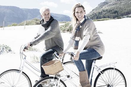Pärchen mittleren Alters gesund und fit auf Fahrradtour