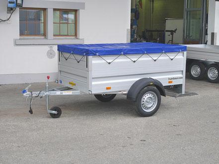 Humbaur PWK Anhänger mit einem Bordwandaufsatz und mit einer Flachplane montiert, aufbereitet um als Packet zu Kaufen