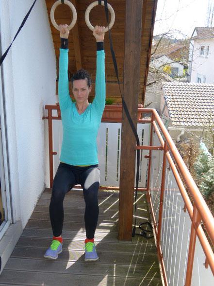 Klimmzüge mit Unterstützung: Füße vorne