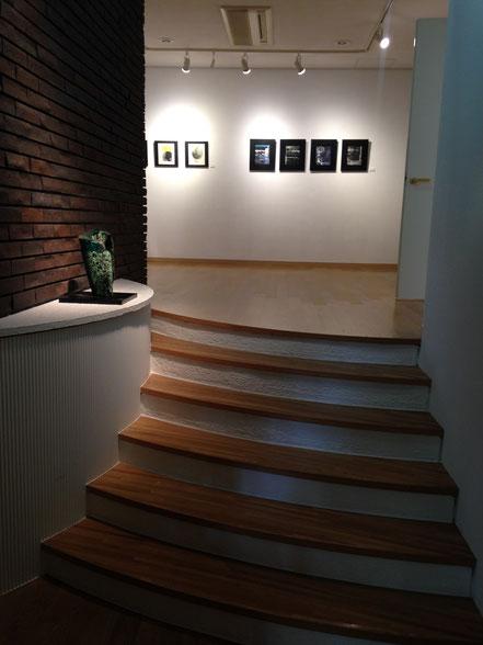 お玄関から第1室目の展示 (台上 神谷ふじ子さん 彫刻作品、 壁面 吉田敏子さん  版画作品)