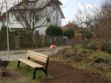 Schaidhammer-Bank, Grünschnitt entfernt und für späteres Guerilla-Gardening vorbereitet: wer mag kann hier gerne Ableger aus dem eigenen Garten einpflanzen