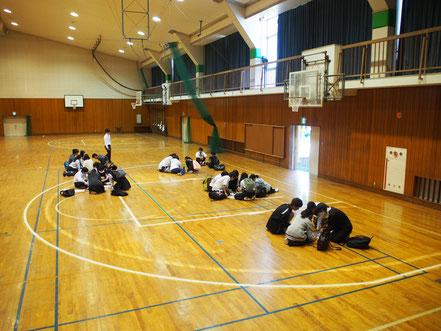 高校・中学・小学校のレクリエーションでもできる開かずの箱の学校脱出ゲームの様子、体育館です。