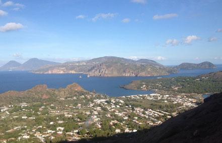 Der Blick von Vulcano auf Lipari und Salina.