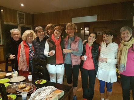 Les 2 capitaines Patricia et Catherine entourés de leur équipe respective autour de cakes et gâteaux préparés par les joueuses