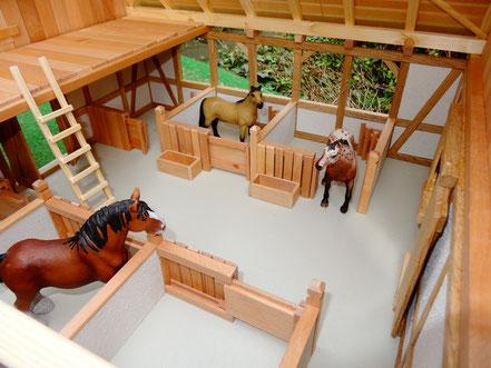Pferdeboxen aus Erlen- und Buchenholz