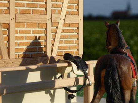 Maßstab des Stalls mit Bullyland Pferd im Vergleich
