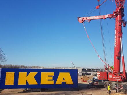Das IKEA Schild wird aufgesetzt