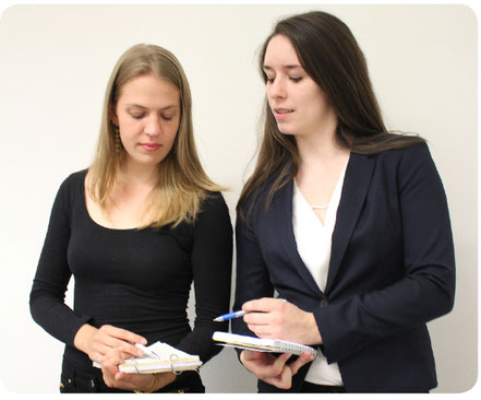 Konferenzdolmetscherinnen und Übersetzerinnen. Die Leistungen umfassen auch Lektorate und Korrektorate.