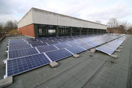 Photovoltaikanlage auf dem unteren Dach der Kreissporthalle
