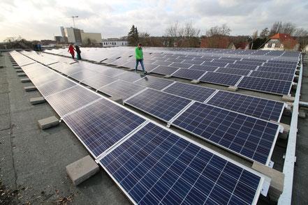 Photovoltaikanlage auf dem oberen Dach der Kreissporthalle
