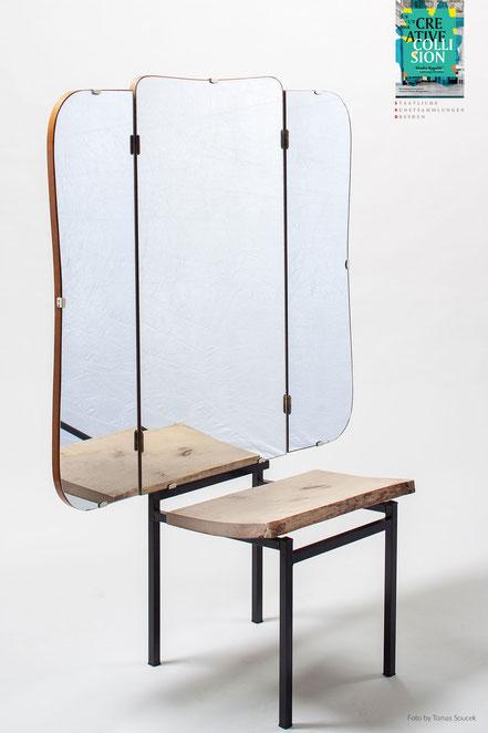Flügelspiegel Stuhl mit Holzsitzplatte und schwarzem Gestell