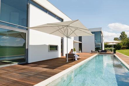 Sonnenschirm weiß mit Pool in neu-Anspach fink sonnenschirme ihr spezialist für may schattello im rhein-main-gebiet