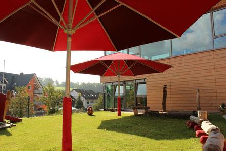 may Sonnenschirm Schattello im Kindergarten Flohkiste in Sailauf im Spessart mit Prallschutz am Schirmmast