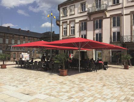 may sonnenschirm schattello im cafe am markt mit vier schirmdächern in rot bei fink sonnenschirme