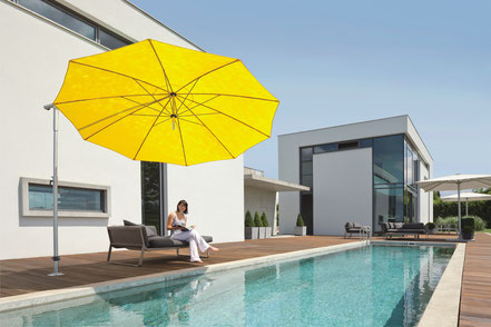 may Sonnenschirm Dacapo gelb auf Terrasse mit Swimmingpool Sonnensegel bei FINK Sonnenschirme in Großostheim