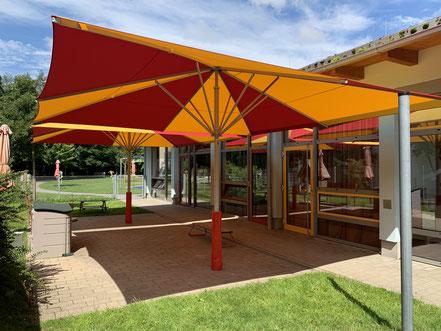 ✅ Sonnenschirm may SCHATTELLO 5x5 m im Kindergarten nach Spielgerätenorm DIN EN 1176 von FINK Sonnenschirme in Großostheim im Kindergarten in Würzburg