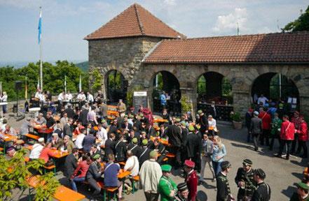 Einmal im Jahr treffen wir Corpsstudenten uns in Weinheim und feiern in der Stadt und auf unserer Burg.