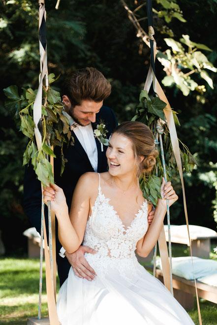 Hochzeitsfoto mit Brautpaar in der Natur