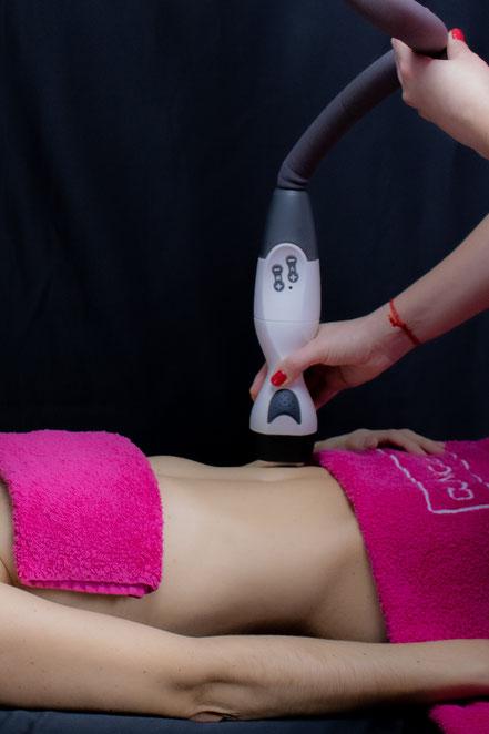 Carmen realizando un tratamiento anticelulítico en piernas.