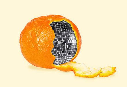 Teilweise geschälte Mandarine, dahinter erscheint eine Discokugel. Persönlichkeitsentwicklung zeigt, was in Ihnen steckt.