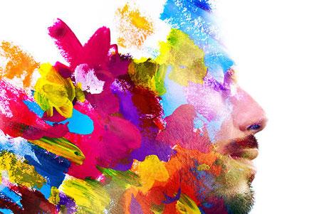 Männlicher Kopf in Profil. Bunte Farbflächen im Hinterkopf stellen Erlebnisverarbeitung in Gehirn dar.