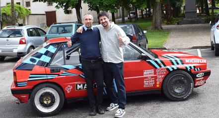 Luca e roberto mais in posa con lancia delta 16v rossa to70780l realizzata dal padre mais vinicio in vernice nel 1989