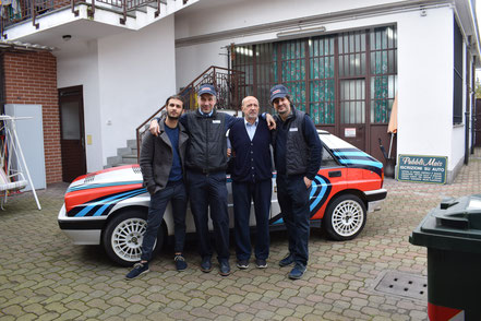 pubblimais staff team squadra in cortile con lancia delta 1989 1990 bianca martini