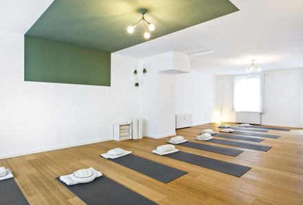 Kursraum mit Yogamatten im Yogastudio Körperklang.