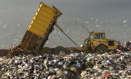 Nur als ein Vergleich: Allein in den USA landen jährlich fast 9 Millionen Tonnen Kleidung auf dem Müll. 9 Millionen Tonnen!