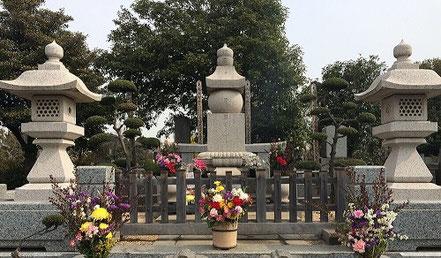 石原裕次郎のお墓:万成石古代型五輪塔、小叩き仕上げ