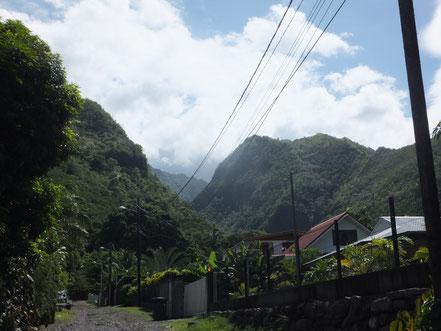 Unsere Unterkunft liegt zwar an der Küste, aber direkt hinter dem Haus beginnt der bergige Teil der Insel...