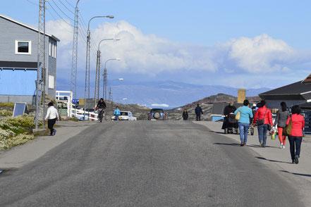 Hauptsstraße mit Blick auf die Eisberge der Diskobucht