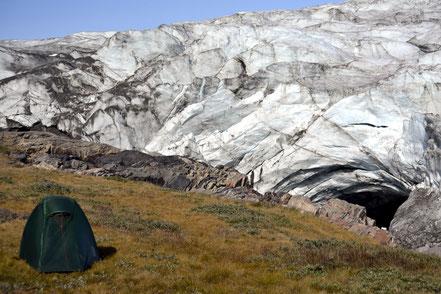 Zu nah?  Das Zelt steht über 150 Meter von der Gletscherkante entfernt