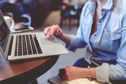 Dame vor Laptop als Symbol für Online PR
