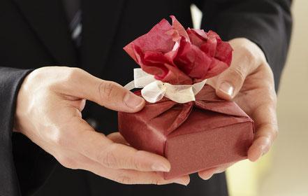 """Geschenk, als Sinnbild für """"Sie erhalten"""""""