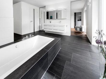 Badewanne und Toilette in einem modernen Badezimmer