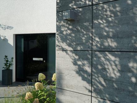 Eingangsbereich gestaltet mit wetterfestem Trespa