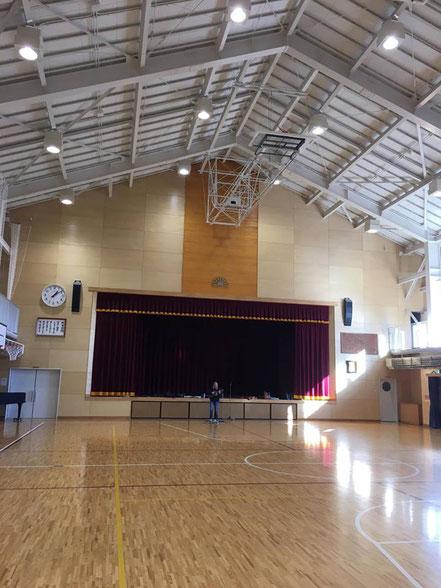 写真の真ん中にサウンドチェックしてる僕が居ます(笑)岩手県宮古市の重茂小学校でのミニコンサート前の準備中♪
