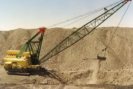 50年にわたり、ブラックメサでは石炭の露天掘りが続いてきた。 この採掘機の大きさや驚くほどだ。タイヤだけで人の身長ほどもある。
