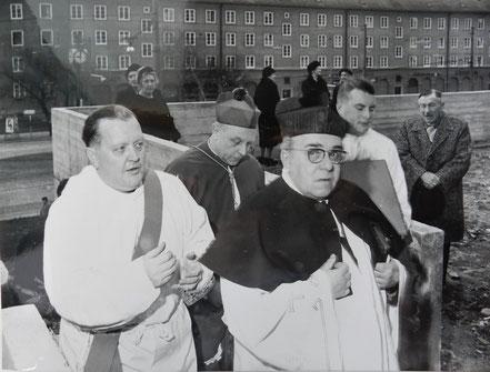 links Expositus Eigenseder, hinten Mitte Koadjutor Dr. Franz Jachym, rechts vorne Pfarrer März von Baumgarten