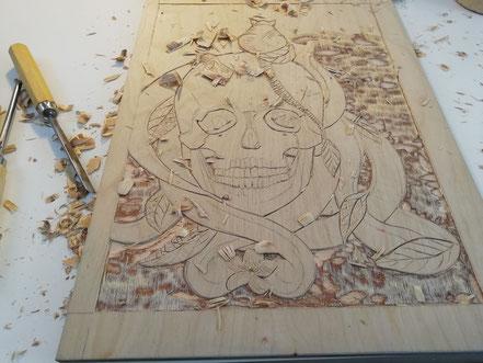 Der fast fertig geschnittene Druckstock mit Schädel