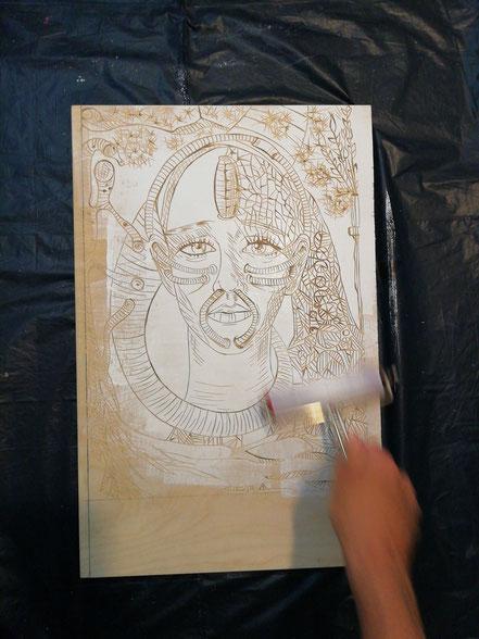 Farbauftrag mit weißer Farbe auf den Druckstock