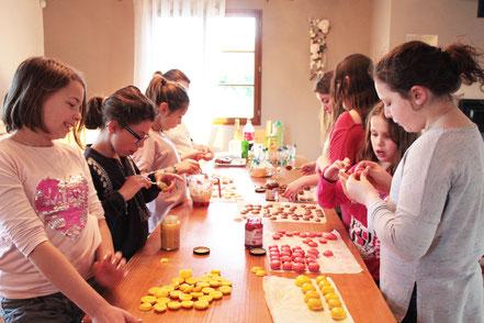 Un atelier macarons avec toutes ses copines pour l'anniversaire de Maëllou !